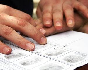 Prise d'empreintes digitales lors d'une demande de pardon